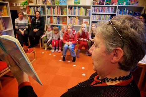 Multian kirjastossa järjestettiin tammikuun alussa satuhetki, jossa lukemisen lisäksi piirrettiin. Lukijana toimi Taimi Jurvanen ja piirtäjänä Pirkko Kuusjärvi. Lapsia paikalla oli vajaa kymmenkunta.