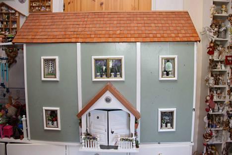 Tässä on yksi huoneen nukkekodeista, joka tosin matkaa Sinikka Sinervän lapsenlapsen huoneeseen.