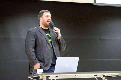 Tommi Tossavainen on kiertänyt vuodesta 2005 asti luennoimassa lasten median käytöstä kasvattajille. Hänellä on sosiaalialan koulutus ja pitkä työura lastensuojelun, ehkäisevän työn ja mediakasvatuksen parissa.
