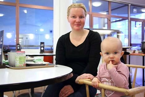 Kaisa Kannisto ja Aava Honkala käyttävät keskustan palveluista lähinnä uimahallia. Kirjastossa he käyvät useimmiten kirjastoautossa.