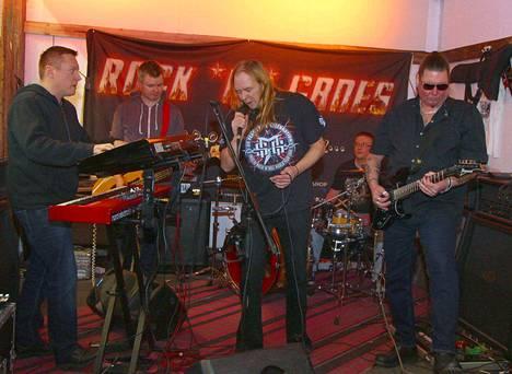 Jari Tiura Rock in Groupiin kuuluvat kosketinsoittaja Jyrki Lindlöf, basisti Janne Kallioniemi, laulaja Jari Tiura, rumpali Ville Palonen ja kitaristi Seppo Nieminen.
