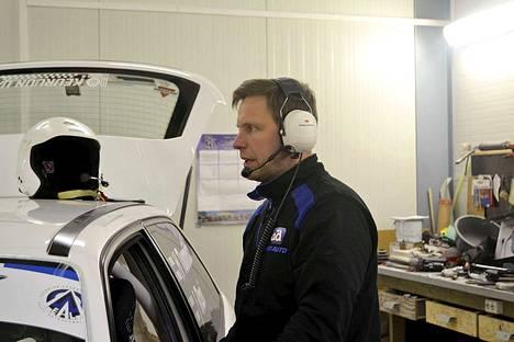 Henri Tuomisto yhdessä kartturinsa Jukka Rasin kanssa lähtee hakemaan Opel Astrallaan luokkavoittoa Rovaniemeltä.