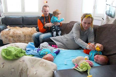 Saija Partalan ja Juha Raita-ahon perheessä on nyt kolme alle 1,5-vuotiasta, mutta arki rullaa.