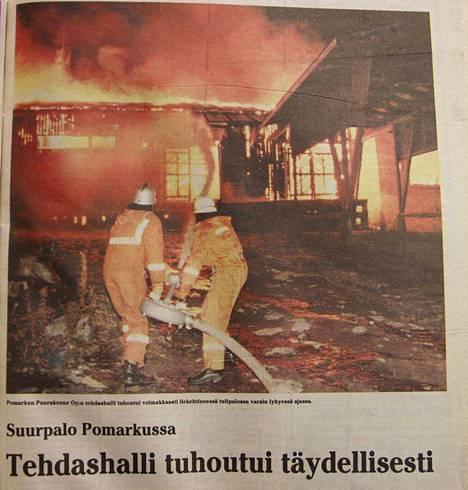 Kankaanpään Seutu uutisoi Pomarkun suurpalosta näyttävästi 2. marraskuuta 1989. Etusivulle laitettiin oikein värikuva, mikä tuohon aikaa ei ollut mitenkään itsestään selvä asia.