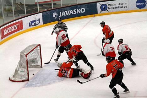 KPK:n Lauri Jurvakainen (86) oli pelipäällä lauantaina kotiottelussa RuoSkAa vastaan. Mies tehtaili kaksi maalia. RuoSkAn Niko Karttila oli maalissa aseeton.