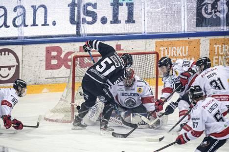 Linus Söderströmillä riitti töitä perjantai-illan ottelussa Padan maalilla. Hyvin pelannut ruotsalainen ehti kiekon eteen 22 kertaa, torjui rangaistuslaukauksen ja päästi molemmat maalinsa alivoimalla.