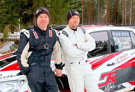 Marko Mänty ja Joni Mäkelä ajavat aina vain ja ainoastaan voitosta. - Kartturin homma on ihan oma lajinsa. Siinä ei näe koko ajan mitä tapahtuu. Välillä ei huomaa sitäkään, että on käyty lähellä puskia ja joskus sen huomaa vasta sitten, kun ollaan siellä jo, Mäkelä nauraa.