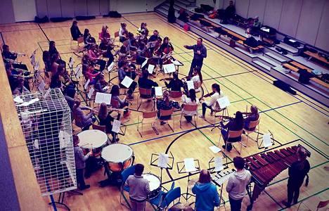 Sinfonia-orkesteri harjoitteli sunnuntaina Pirkkalassa. Orkesteria johti tuolloin György Balázs.
