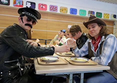 Village People ruokatauolla, etualalla Viljami Pulli, vasemmalla ja Luukas Anttila.