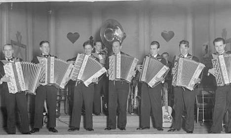 Dallapé-orkesteri Toverien Kerholla Lönnrotinkadulla 1932. Edessä vasemmalta Viljo Vesterinen, Helge Pahlman, Eino Katajavuori, Erkki Majander, Pauli Impivaara, Martti Jäppilä ja Paavo Raivonen.