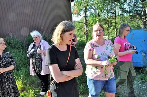 Iina Elo (3. vas.) kyseli villivihanneksista luontoyrttineuvoja Mia Vieltojärveltä (4.). Röölän kylätoimikunnan Tuulamaria Kangaslampi (2.) tyytyi kuuntelemaan ja kuvaamaan näkemäänsä.