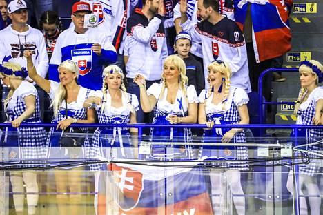 Suomalaisnaisten yhteneväinen ja näyttävä pukeutuminen herätti huomiota Slovakia-ottelussa.