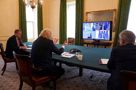 Britannian pääministeri Boris Johnson (keskellä) kävi EU:n kanssa kesäkuussa etäneuvotteluja. Osapuolten tulevista suhteista on neuvoteltu viime kuukaudet koronapandemian vuoksi pääasiassa videoitse.