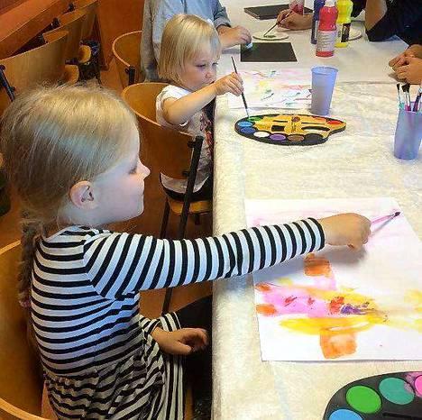 Nokian Mammat pyrkivät keksimään lapsille kaikenlaista mukavaa puuhaa. Kuvassa Aada Rannikko ja Eevi Koivisto.