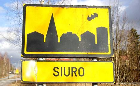 Batman-tarra toivottaa kulkijat tervetulleeksi Kauniaisten suunnasta Siuron taajamaan saavuttaessa.