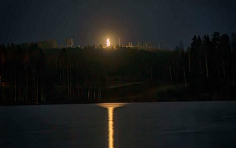 Jani Taipaleen idea syttyy loistamaan Juupajoen Kopsamolla Tiihanlinnan huipulla torstaina 28. marraskuuta suorassa televisiolähetyksessä. Kuva koevalaistuksesta 17.–18. marraskuuta.