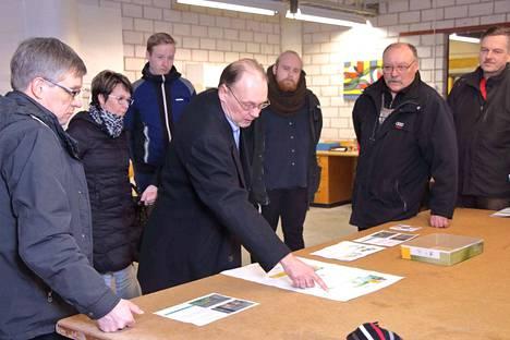 Arkkitehti Jarmo T. Nieminen esitteli kiinnostuneille Korkeakosken kenkätehtaan uusia suunnitelmia, joissa sisätilat muuttuisivat asunnoiksi, toimisto- ja liiketiloiksi.