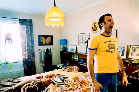 Kotirouva muuttaa kommuuniin Lukas Moodyssonin Kimpassa -elokuvassa. Rolfin roolissa on Michael Nyqvist.