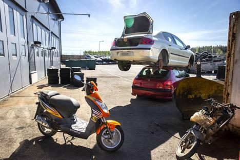 Hylätyt autot varastoidaan Tampereen kaupungin Tarastenjärven varastoalueelle. Suuri osa niistä lähtee romutukseen. Renkaat poistetaan ennen sitä.