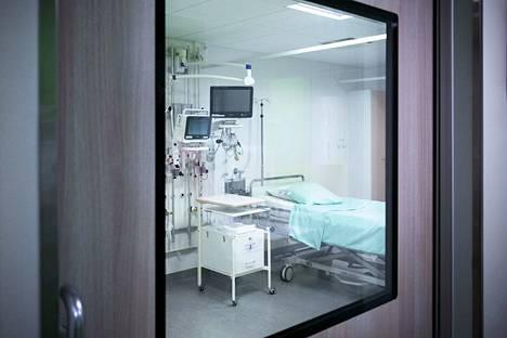Ennen potilashuonetta sijaitsee sulkutila, jossa puetaan suojaimet. Sulkutila varmistaa alipaineen pysymisen potilashuoneessa myös silloin, kun ovesta kuljetaan. Potilashuoneessa ilma vaihtuu 12 kertaa tunnissa.