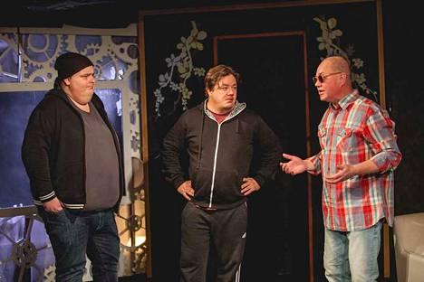 Contakti-teatterin Kolme apinaa -näytelmän kaikki näytökset on myyty loppuun. Teatteri yrittää järjestää lisänäytöksiä ensi vuoden puolelle. Rooleissa Joonas-Petteri Nieminen, Jarno Malinen ja Harri Pitkänen.