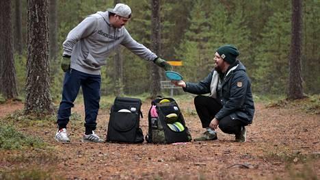 Mika Laikko ja Juho Leppänen suunnittelivat oman laukun frisbeegolfia varten. Huittislaisen Kassimatin minimituotantomäärä oli 60 kappaletta, joten Mörri-laukkua piti kaupitella muillekin. Kaverukset perustivat yrityksen ja oman malliston.