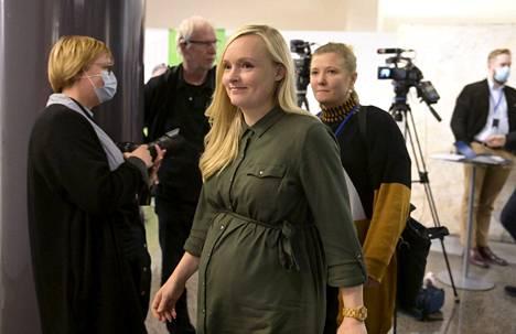 Sisäministeri Maria Ohisalo (vihr.) jää pian vanhempainvapaalle. Ohisalo kuvattiin  vihreiden ministeriryhmän sijaisjärjestelyjä käsittelevän puoluevaltuuskunnan ja eduskuntaryhmän yhteiskokouksen tauolla.