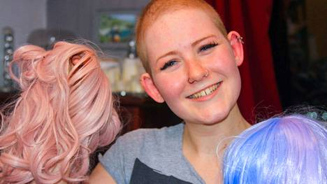 Chloe Thurloe menetti pitkät vaaleat hiuksensa kemoterapiassa. Hänellä on kokoelma erilaisia peruukkeja.