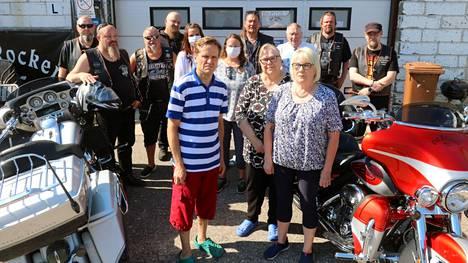 Lahjoittaja ja lahjoituksen vastaanottajat tapasivat moottoripyöräkerhon tiloissa Mustalahdessa.