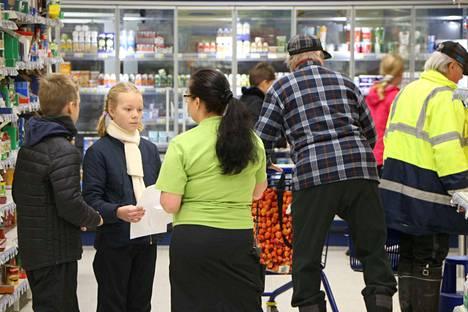 Myymälän päällikkö Mari Granfors sai vastata Milla Lounasvaaran ja Akseli Viikilän kysymyksiin, joita oli valmisteltu jo etukäteen. Oppitunnilla tieto lisääntyi myös kaupanalaan liittyvistä ammateista. Akseli Viikilä arveli, että kassalta löytyy se mielenkiintoisin pesti.