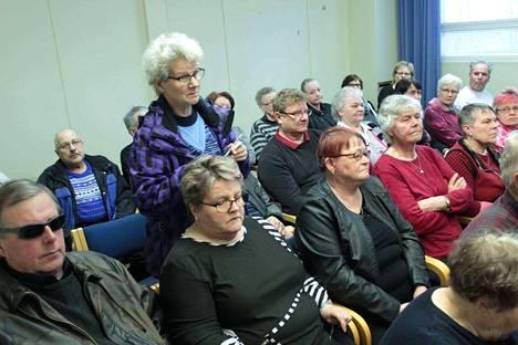 Tervamäen kyläkokous keräsi runsaasti Postin toimintaa arvostellutta yleisöä. Puheenvuoroa pitämässä Kaisa Koski Suodenniemeltä.