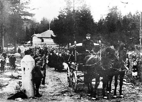 Vahingonlaukauksesta surmansa saaneen Valkeakosken naiskaartilaisen Sigfrid Lehtisen hautajaissaatto huhtikuussa 1918. Kuva Seppo Rustaniuksen yksityisarkisto.