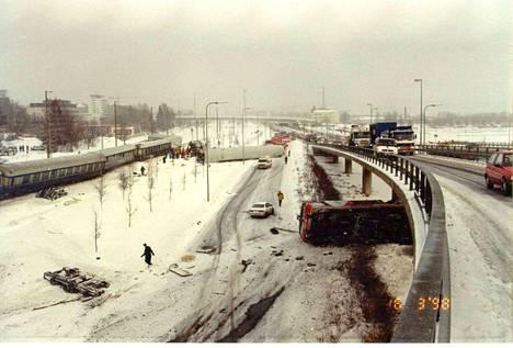 Jyväskylässä 6.3.1998 tapahtunut tuhoisa junaonnettomuus johtui siitä, että juna ajoi vaihteeseen liian suurella nopeudella, mutta miksi? Se selviää onnettomuustutkintaraportista A1/1998R.