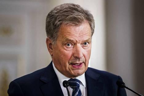 Presidentti Sauli Niinistö palkitsi 36 äitiä mitalilla.
