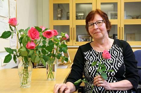 Leila Laineen viimeisen työpäivän aamu oli sanan mukaisesti ruusuinen, kun työtoverit muistivat 40 vuoden työuran Keuruun poliisiasemalla tehnyttä tutkintasihteeriään.