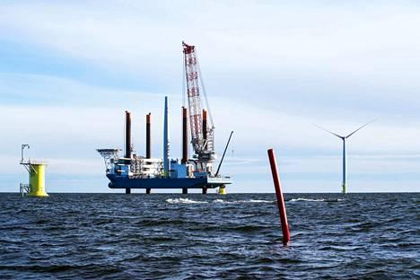 Tahkoluodon merituulipuistoon halutaan 40–45 uutta tuulivoimalaa. Arkistokuvassa nostetaan turbiinia paikoilleen vuonna 2017.