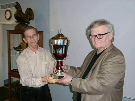 Vuoden 2016 Puurtaja–palkinnon Markku Viinikalla (vas.) luovutti Kisailijoiden puheenjohtaja Esa Palmén.