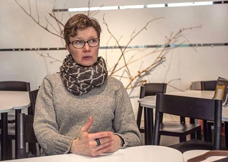 Paula Salmela on osa installaatiotaan. Hän on läsnä omana itsenään kaikkina näyttelyn satana päivänä esittämättä mitään. Spontaanit kohtaamiset katsojien kanssa rakentavat teosta.