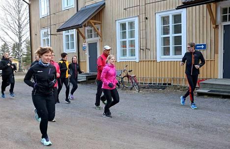 Valmentajalta voi saada hyviä vinkkejä juoksuharrastuksen aloittamiseen. Jarmo Väisänen ohjeistaa, että oikeanlaisella tekniikalla energiankulutus on pienempää. Kehon jokaisen liikkeen tarkoitus on viedä juoksijaa eteenpäin.