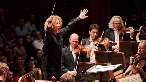 Santtu-Matias Rouvali aloittaa Lontoon Phiharmonia-orkesterin ylikapellimestarina tänä syksynä. Suomeen orkesteri tulee vierailulle vasta ensi keväänä.