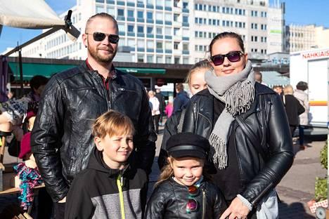 Rami ja Sanna Hautaoja sekä perheen lapset Onni, Iinu ja Emma.