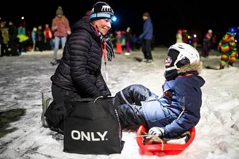 Äiti Pia Sintonen ja poika Samuel pääsivät luistelemaan näin talvisissa oloissa tammikuussa 2019.