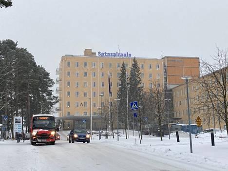 Satasairaalaan toimitettiin ampumisuhkaus tiistaina. Tilanne sairaalan ulkoalueella näytti aamupäivällä rauhalliselta.