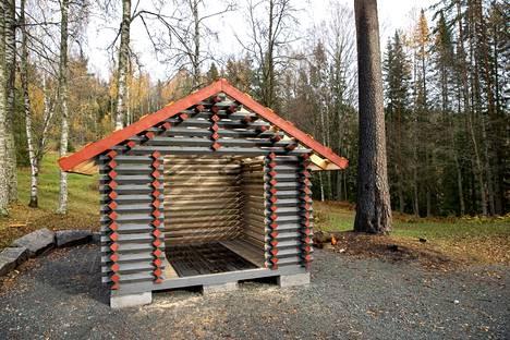 Ylöjärven Pikku-Ahveniston laavun jälleenrakennus on aloitettu rakentamalla puuvaja. Viereisessä männyssä näkyy tulipalon jälkiä.