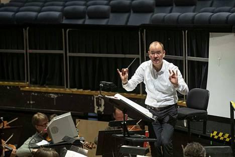 Saksalainen kapellimestari Frank Strobel on erikoistunut elokuvamusiikkiin. Fritz Langin Metropolista hän tehnyt muusikkona jo 37 vuoden ajan.