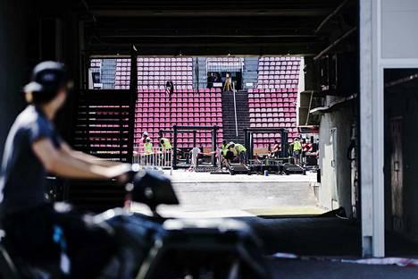 Tampereen Ratinan stadionia valmisteltiin maanantaina kovalla tohinalla Rammsteinin perjantaina ja lauantaina konsertteja varten.
