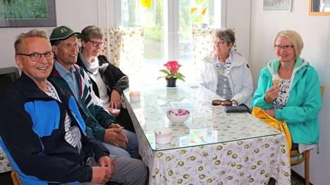 Reijo Niittynen, Ilkka Heinäaho, Kyllikki Gerkman, Vappu Niittynen ja Arja Leino kokoontuivat kahden vuoden koronatauon jälkeen yhteen Heinäahon sisarusten kotiseudulle viettämään Multian kesää: nauttimaan kesätapahtumista ja muistelemaan menneitä.