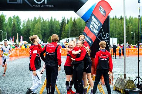 Jämsän Retki-Veikkojen joukkue tuuletti Nuorten Jukolan voittoa Valkeakoskella.