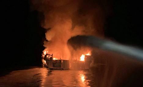 Paikallisen paloviranomaisen kuva Conception-onnettomuusaluksen pelastustöistä.
