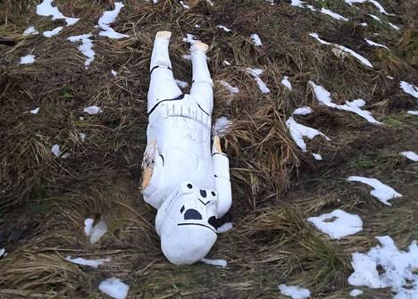 Mörkö-patsaan Stormtrooper oli kärsinyt kovasti kallionkielekkeeltä pudotessaan. Kuvat saattavat järkyttää herkimpiä.